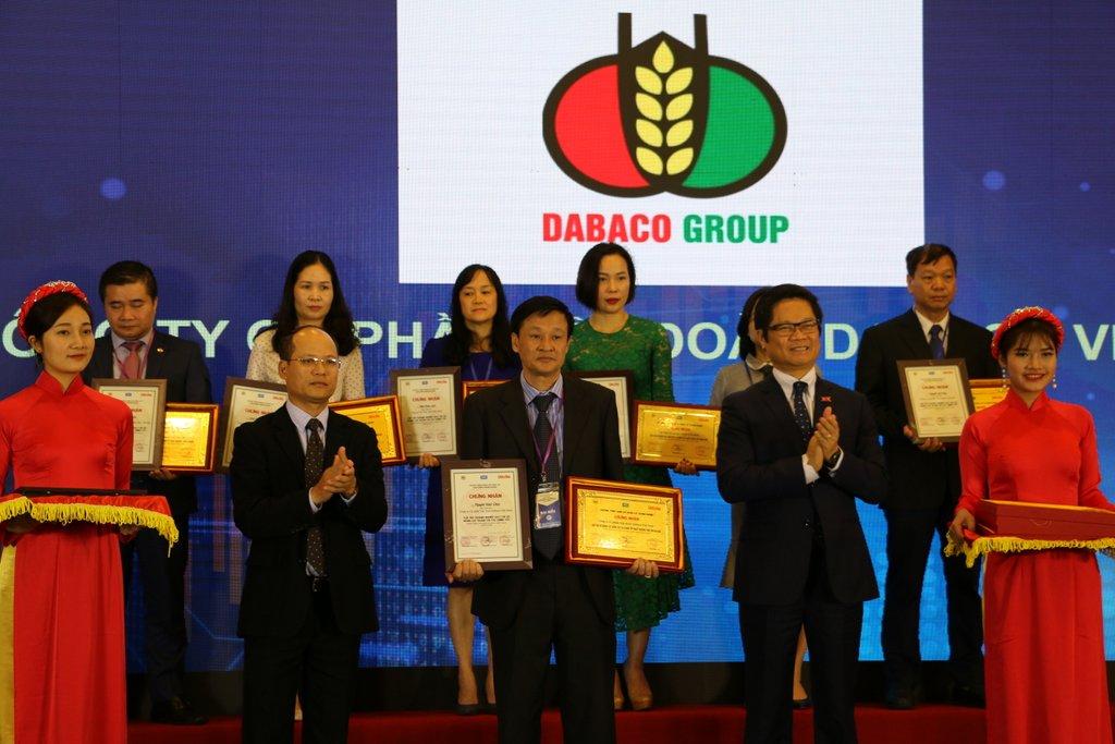 """DABACO được trao tặng """"Doanh nghiệp có năng lực Quản trị tài chính tốt nhất và đứng đầu ngành Thức ăn gia súc trên sàn chứng khoán Việt Nam"""" năm 2018."""