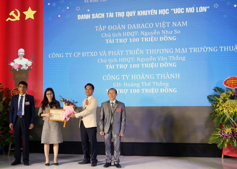 """Tài trợ Quỹ khuyến học """"Ước mơ lớn"""" của xã Đông Tiến, huyện Yên Phong, tỉnh Bắc Ninh"""